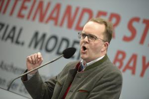 Fraktionschef Rinderspacher heizt den Zuhörern kräftig ein