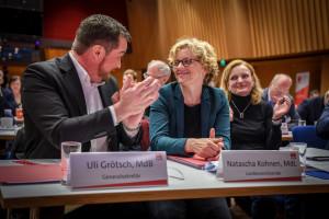 Uli Grötsch applaudiert Natascha Kohnen zum Wahlergebnis