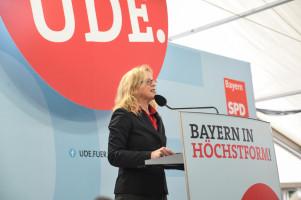 Generalsekretärin Natascha Kohnen begrüsst alle Anwesenden