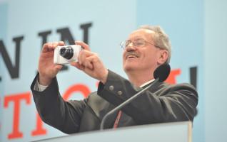 SPD-Spitzenkandidat Christian Ude fotografiert die begeisterte Menge von der Bühne