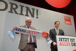 """Florian Pronold überreicht Frank-Walter Steinmeier einen """"GENAU! UDE.""""-Schal"""