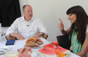 SPD Kanzlerkandidat Peer Steinbrück im Gespräch mit Bela Bach, jüngste SPD-Direktkandidatin für den Bundestag im Wahlkreis München-Land (Foto: Frank Ossenbrink)