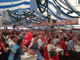Gillamoos der BayernSPD: gut gefülltes Jungbräuzelt