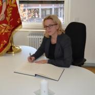 Generalsekretärin Natascha Kohnen schreibt im Münchner Oberanger in das Kondolenzbuch für Helmut Schmidt