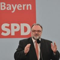 Foto von Jürgen Dupper an einem Rednerpult