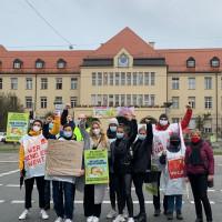 BayernSPD Vorsitzende Natascha Kohnen mit streikenden Pflegekräften vor Krankenhaus Schwabing