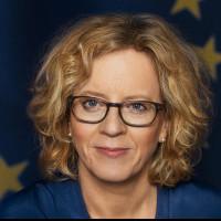Natascha Kohnen vor dem Europabanner