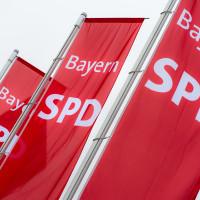 Drei rote Flaggen mit Schriftzug BayernSPD im Wind