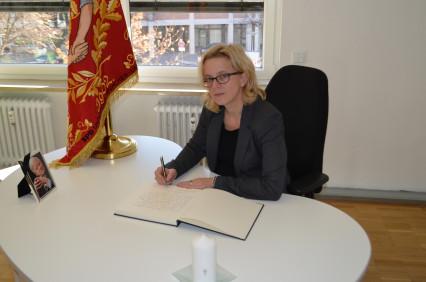 Natascha Kohnen schreibt in Helmut Schmidts Kondolenzbuch