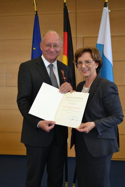 Pressefoto: Verleihung durch Staatsministerin Emilia Müller