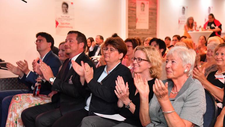 Applaus aus Reihe eins: Florian von Brunn, MdL, BayernSPD Generalsekretär Uli Grötsch, AsF Bayern Chefin Micky Wengatz, BayernSPD Vorsitzende Natascha Kohnen und Pfülf-Preisträgerin Renate Schmidt