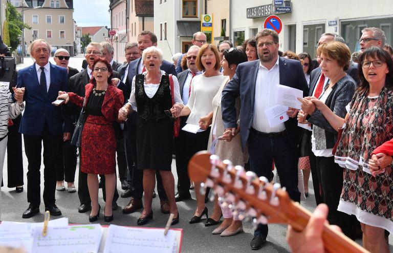 """""""Brüder zur Sonne zur Freiheit! Die BayernSPD singt vor dem ehemaligen Schrödl-Saal, Gründungsort der BayernSPD"""