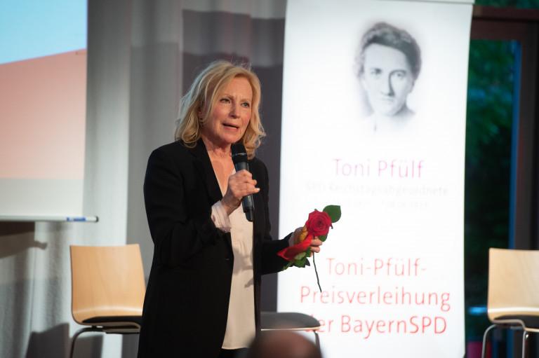 Maren Kroymann dankt für den Preis