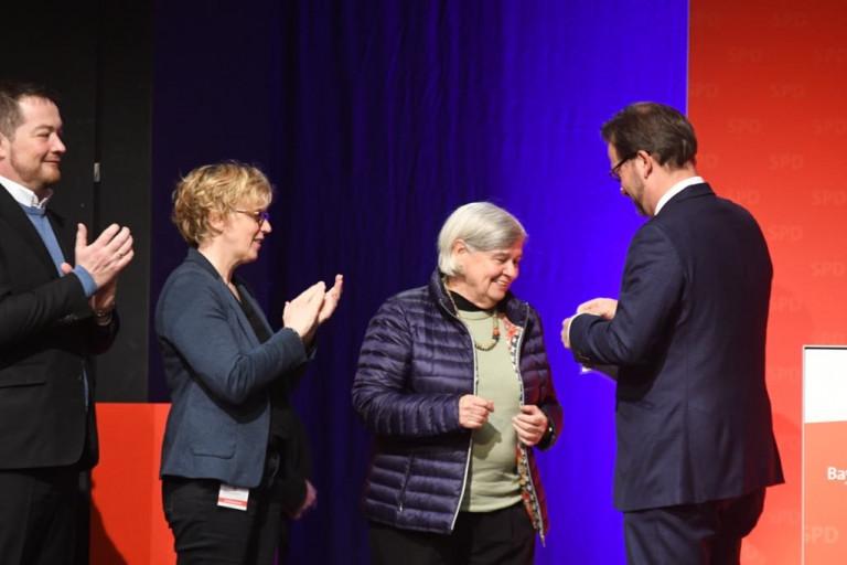 Florian Pronold verleiht Carmen König-Rothemund die Vollmar-Medaille